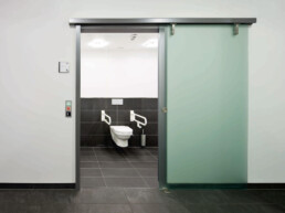 Portes sans contact - dormakaba CS 80 MAGNEO - Solutions de toilettes sans contact